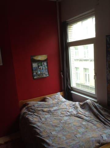 Chambre rouge dans quartier européen, sdb privée