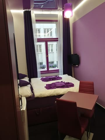 PURPLE ROOM/CENTRE/AIR-CON/BREAKFAST - START PRICE