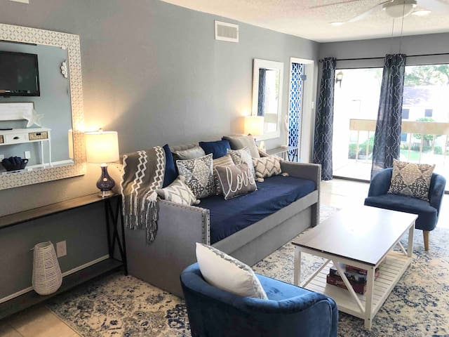 Upgraded 2BR Condo walking distance to Lake Conroe