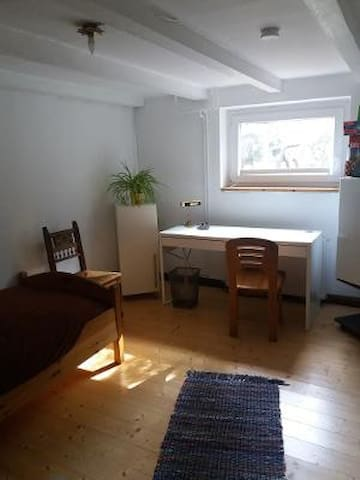 Zimmer im Souterrain ~15qm, Einzelbett, Kühlschrank, Wlan, Rauchmelder