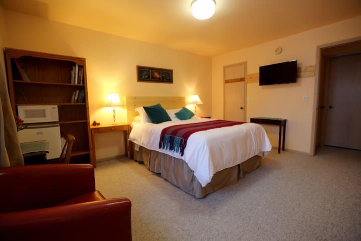 Aurora Room - Attached Private Bath