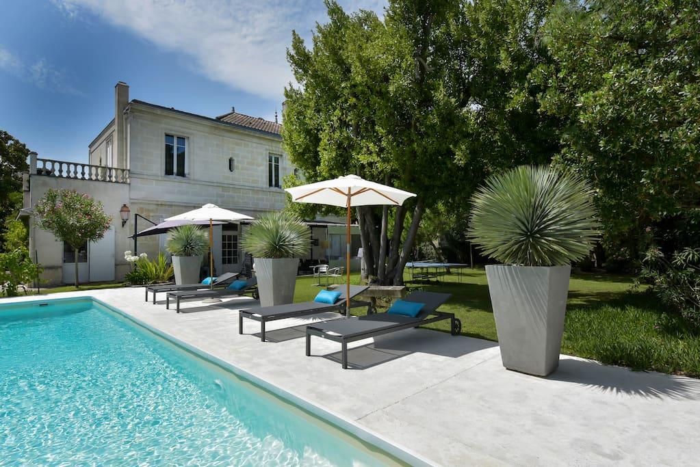 La villa, côté piscine.        The villa, side pool