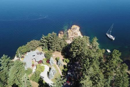 Valhalla Cabins - The Loft (Oceanfront Hot Tub)