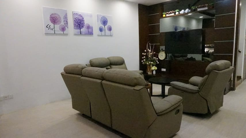 SPACIOUS LIVING ROOM WITH BRAND NEW FURNITURE