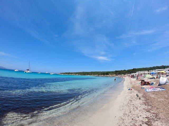 sole mare pace il magico di queste spiagge raggiungibili con navetta gratuita ogni 60 minuti davanti al residence non occorre prendere auto !