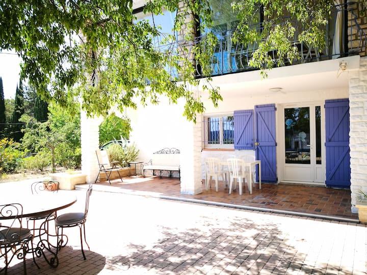 Appartement calme en rez-de-jardin avec piscine