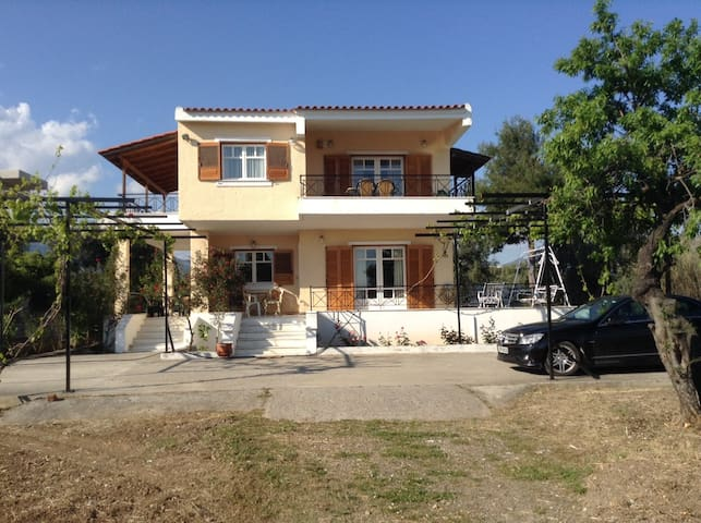 Vlychos villa at seafront - Amarynthos - Willa