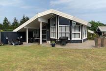 Attraktivt sommerhus på Marielyst, 200m fra strand