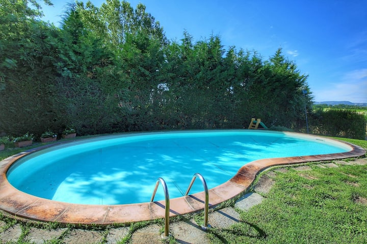 Farmhouse with 2 apartments, swimming pool, between Montepulciano and Trasimeno