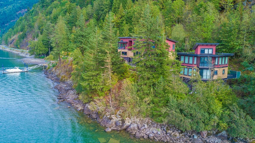 """The Lodge on Harrison Lake"" Carriage House"