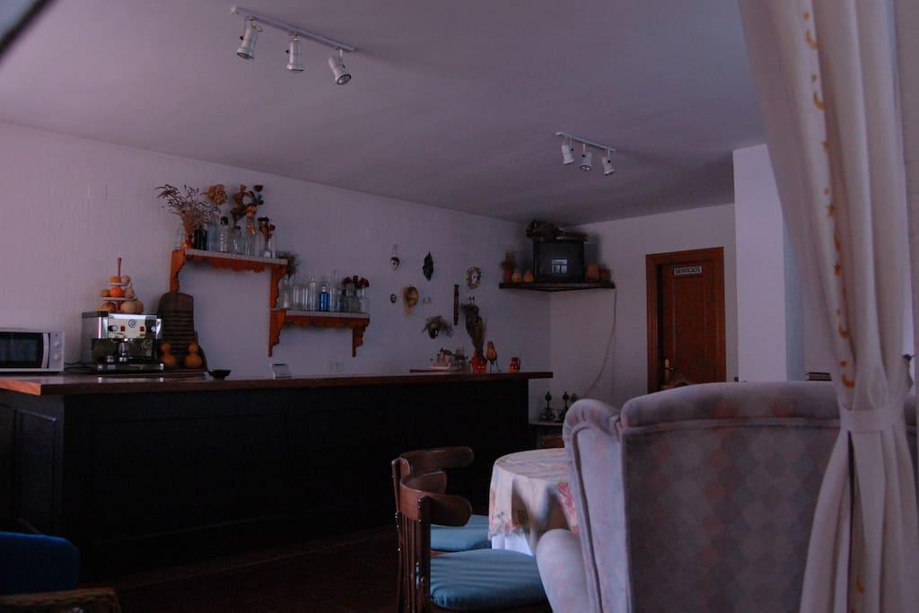 Salón social disponible para los viajeros. Cuenta con televisión y microondas.