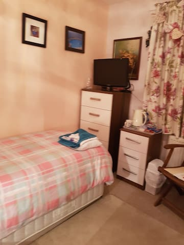 Clean & Cosy room next to Dockyard