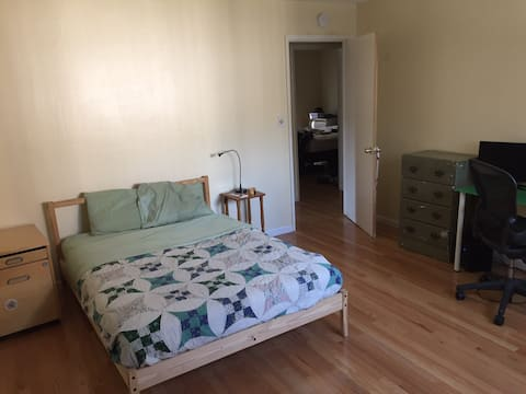 Cozy Lake Merritt Room