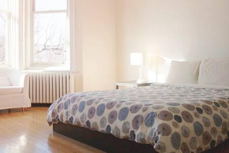 The Beautiful Mont Royal Room - Montréal