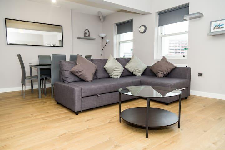 Brandnew spacious & luxury Bold St City apartment