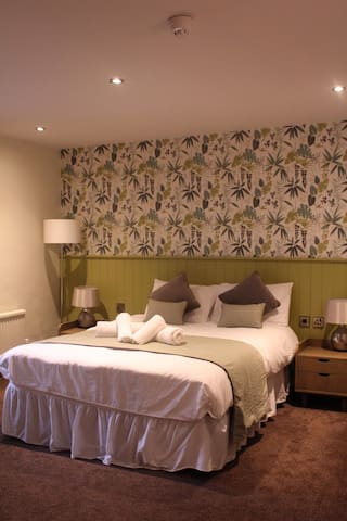 Private Double Room with En-Suite and a Bath