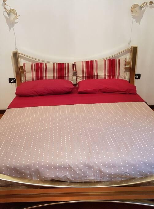 Camera matrimoniale con letto di ottone