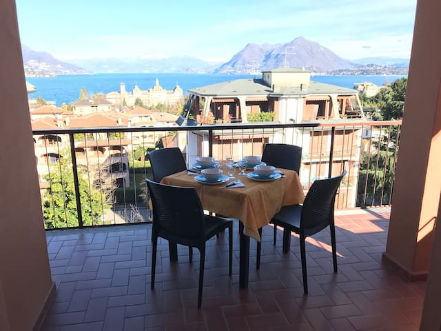 Acqua apartment, stunning view of Lake Maggiore.