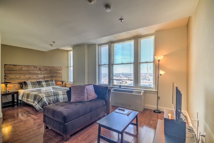 Downtown Living Studio Apt on the 15th Floor!