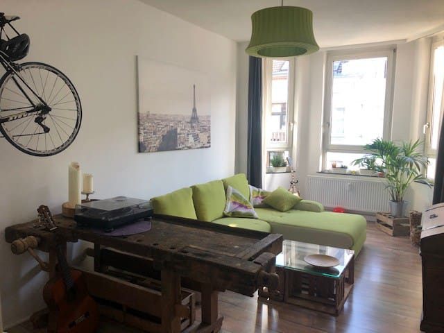 schicke, sonnige Altbauwohnung mit Balkon