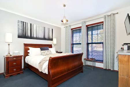 Festival Suite - Wine and Roses Bed and Breakfast - McLaren Vale - Bed & Breakfast
