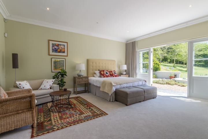 Tranquil garden suite in Constantia winelands