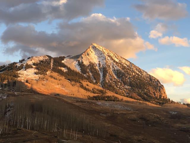 Snowcrest Condo-Mountain Grandeur AND Convenience!