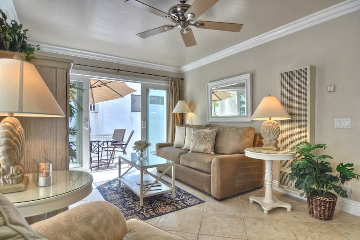 Comfortable coastal condo one block from the beach in Pier Bowl!