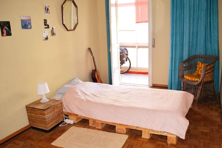 Cosy bedroom for travellers - Queluz - Apartemen