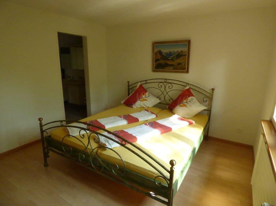 Die Wohnung verfügt über 3 Schlafzimmer: ein Zimmer mit Doppelbett (Bild), ein Zimmer mit Doppel- und Einzelbett, ein Zimmer mit Einzelbett. Alle Betten mit qualitativer Markenmatratze.