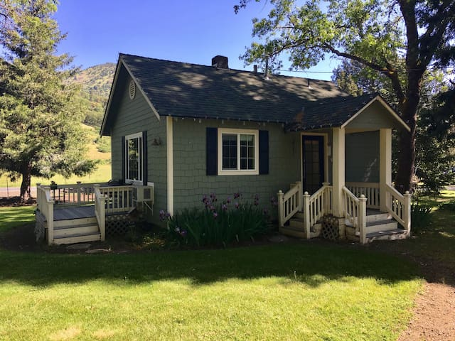 Romantic Rogue River Cottage ~ Near Del Rio Winery
