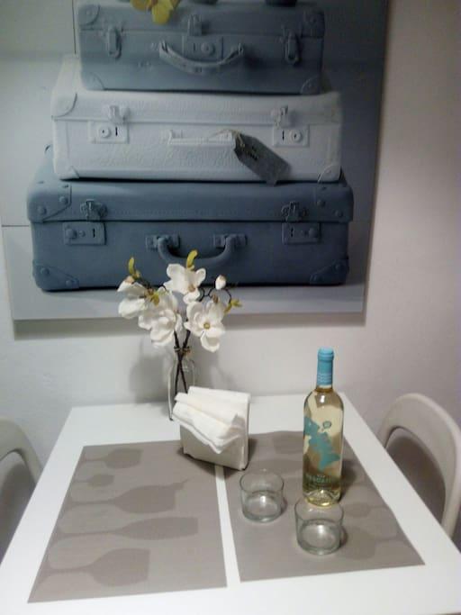 Mesa de comedor con tres sillas