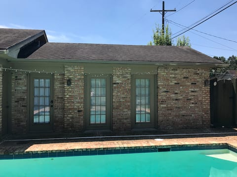 Bright Pool House in West End