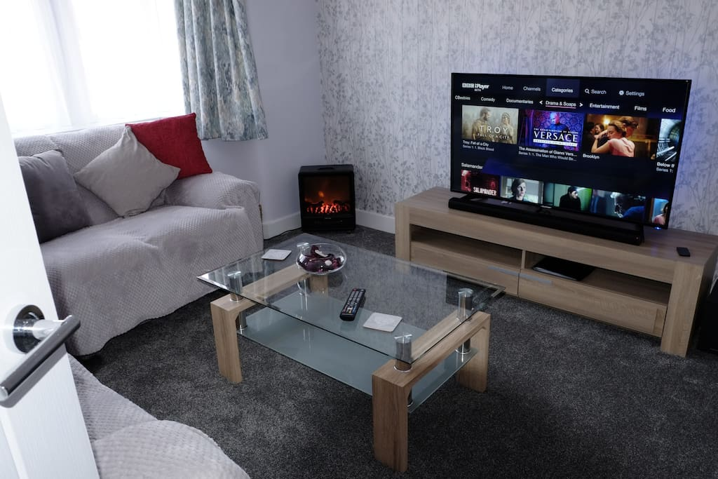 """Lounge with 49"""" TV"""