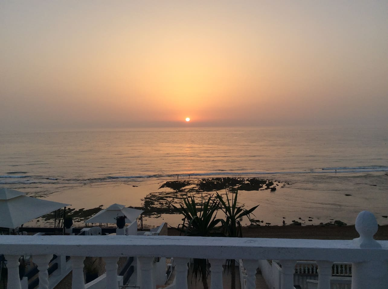 Vue panoramique 180% sur la mer et le coucher du soleil