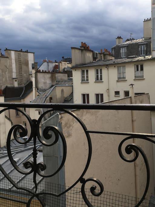 une vue sur les toits de Paris et, au fond, la tour Montparnasse