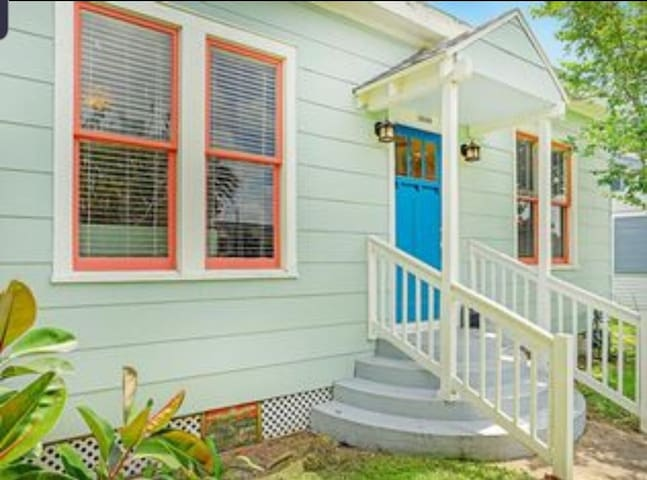 Charming Cottage by the Beach - 1 block from beach
