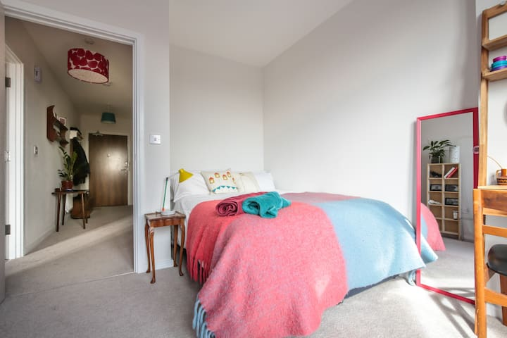 Peaceful, double room in modern flat (women only)