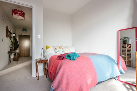 Peaceful, double room in modern flat (women only) - Pis
