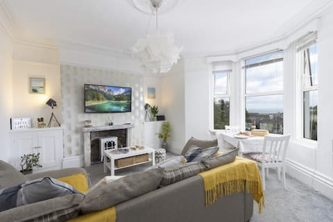 Sea View Flat With Courtyard, Parking & Games Room
