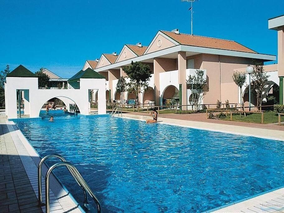 Villetta in residence con portico e giardino townhouses for 3 piani di camera da letto 2 5 bagni