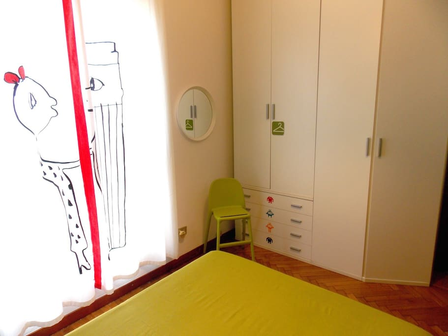 Ampio armadio e diverse cassettiere, per dare posto a tutti gli effetti personali