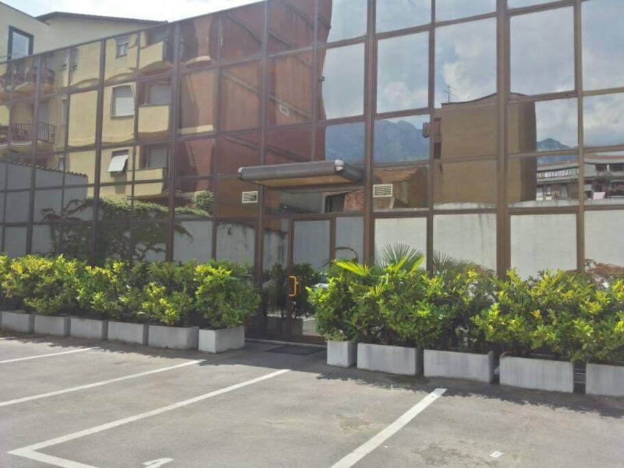 Facciata esterna con cortile e parcheggio privato