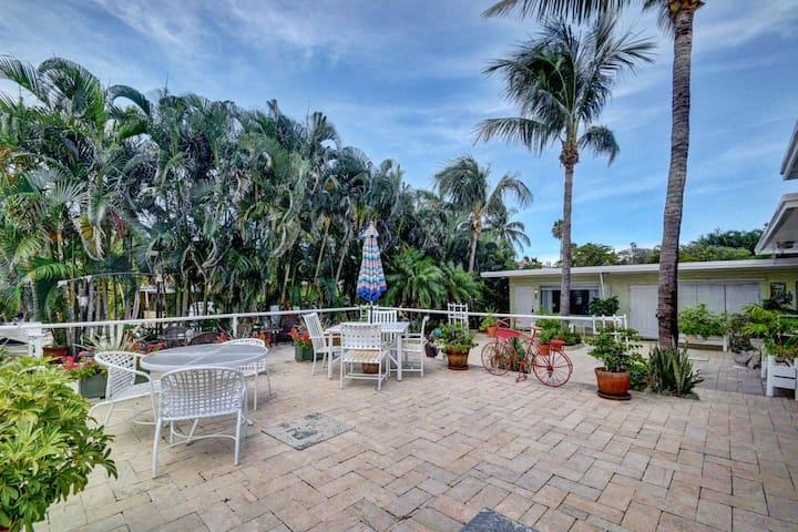 Boynton Beach apt. 200 ft  to the beach w pool 6