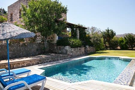 BD481 Ortakent/Yahsi Beach stone house with pool - Ortakentyahşi Belediyesi - 别墅