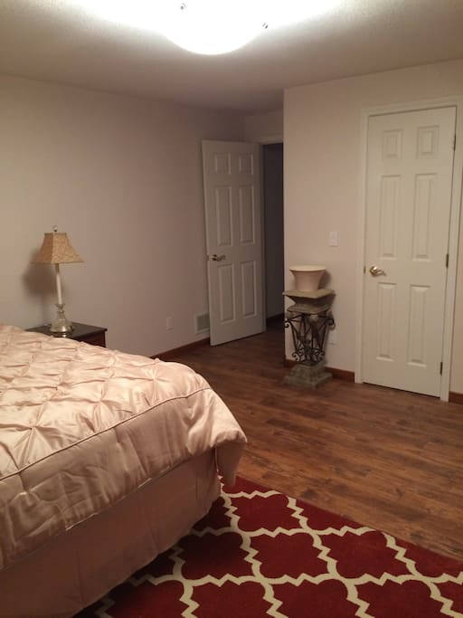 Private bathroom connect to bedroom with large walkin closet