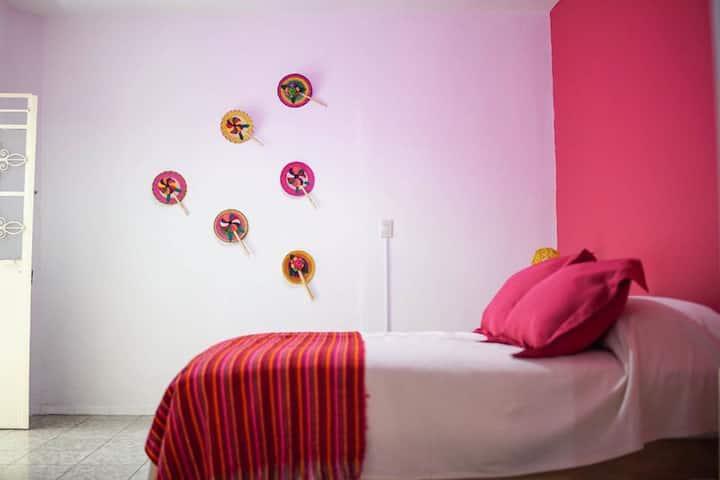 Hostal Tlaquepaque habitación rosa mexicano