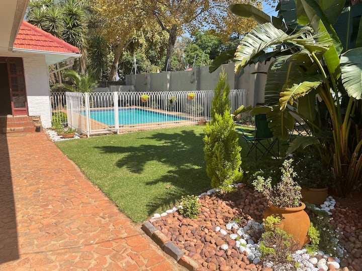 Classy house with pool next to Rosebank-Sandton