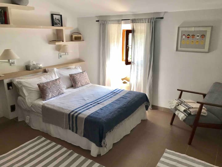 Double en-suite room with pool + hiking & cycling