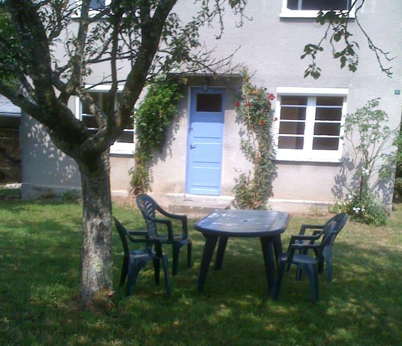 petite maison c t jardin 20 minutes d 39 aurillac maisons louer le rouget auvergne rh ne. Black Bedroom Furniture Sets. Home Design Ideas